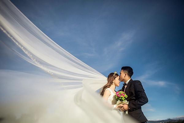[Caption]Cô dâu Huỳnh Ngọc Bảo Trúc, sinh năm 1992, kinh doanh tại nhà. Chú rể Lê Tấn Thành, sinh năm 1990, làm công an. Cặp đôi hiện sinh sống và công tác tại Đà Lạt.