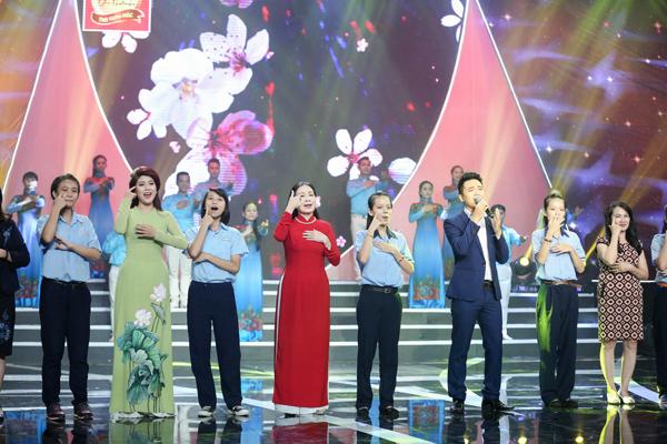 kim-xuan-dua-con-dau-len-san-khau-hat-cung-2