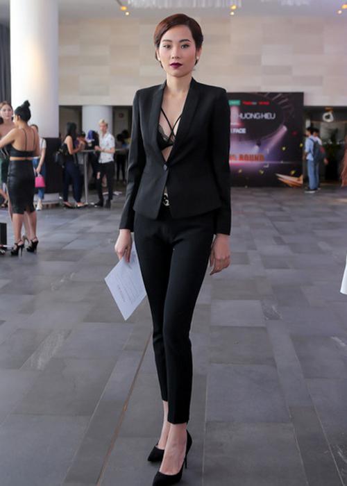 Sau buổi casting tại Hà Nội, chương trình The Face Vietnam tiếp tục tổ chức tuyển chọn vào ngày 12/3, tại TP.HCM. Chị gái hoa khôi Nam Em - Nguyễn Thị Lệ Nam - trong trang phục gợi cảm, lộ nội y nổi bật ở điểm casting.