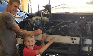 Cậu bé 8 tuổi cứu bố bị xe hơi 1,3 tấn đè lên người