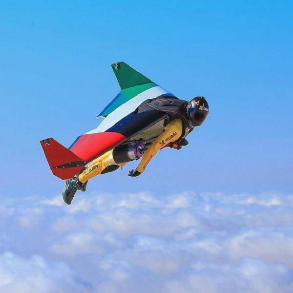 Hoàng tử biến thành jetman với cánh máy bay phản lực, một trong những phát minh tân tiến nhất của thế kỷ 21.