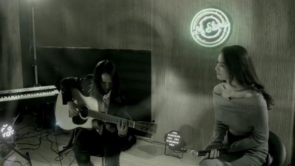 Ái Phương hát tặng khán giả những bản tình ca ngọt ngào.