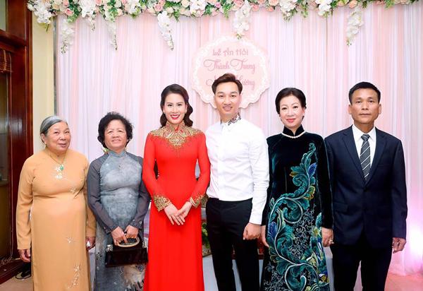 Hôm 21/2, cặp đôi đã tổ chức lễ ăn hỏi tại nhà riêng.