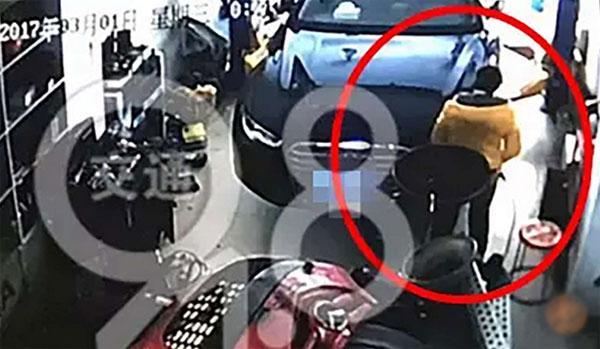 Camera ghi lại cảnh người phụ nữ rặn đẻ trong gara ôtô.