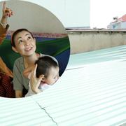 Nhà dột nát, ca sĩ Hà My được giúp lợp lại mái