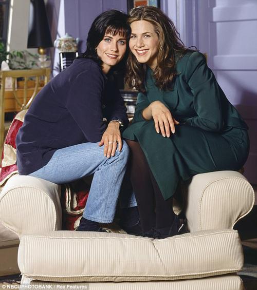 Jen bên cạnh bạn diễn Courteney Cox, ảnh chụp năm 1995.