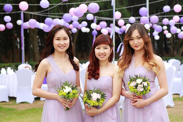 [Caption]Nhóm phù dâu xinh đẹp của cô dâu Lan Hương bao gồm cả những người bạn Việt Nam và nước ngoài, cùng mặc những bộ váy voan tím đồng điệu với tổng thể phong cách trang trí của đám cưới.