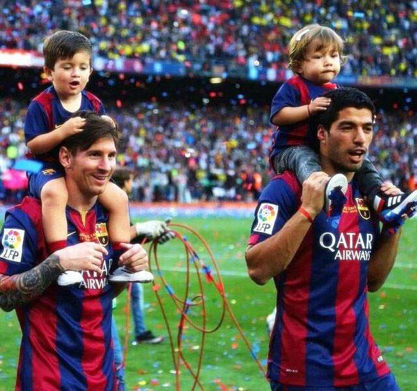 Hai cậu nhóc Thiago nhà Messi và Benjamin nhà Suarez cũng chơi với nhau rất thân.