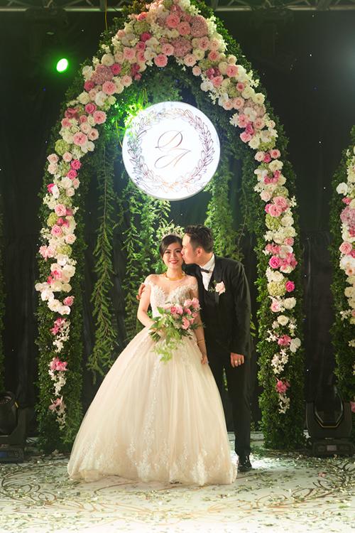 [Caption]Chủ nhân của đám cưới là chú rể Lâm Đình Duy (26 tuổi, Hải Phòng) và cô dâu Lương Hà Anh (24 tuổi, Hải Phòng)