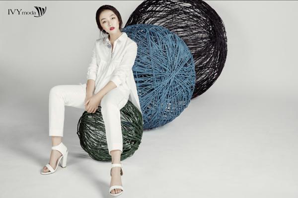 Cũng trong bộ sưu tập này, các chất liệu cao cấp cho mùa hè thoáng mát đều được ứng dụng như lụa, lưới, poplin, micro pleats& Phái đẹp có thể làm mới phong cách của bản thân với sơ mi trắng thiết kế đầy cá tính.