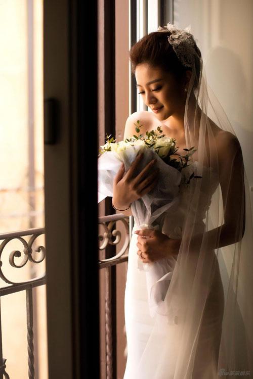 Ngày 15/3, diễn viên Đài Loan An Dĩ Hiên bất ngờ chia sẻ trọn bộ ảnh cưới và tiết lộ, cô sẽ