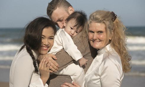 Phương Vy đưa mẹ chồng người Mỹ đi du lịch Mũi Né