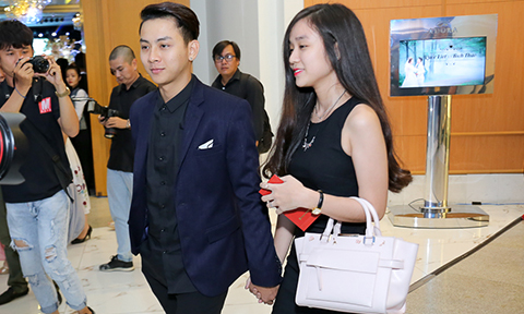Hoài Lâm tay trong tay bạn gái đi đám cưới Mai Quốc Việt