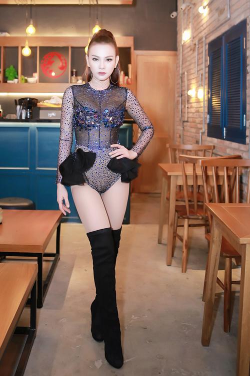 thu-thuy-mac-bodysuit-xuyen-thau-trong-dem-nhac