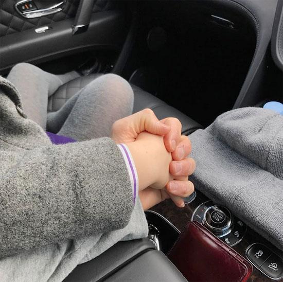 Khoảnh khắc Becks nắm chặt tay con gái đốn tim fan.