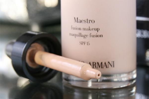 Giorgio Armani Maestro Fusion Makeup  Kem nền dạng serum của hãng Gorgio Armani không chứa các thành phần có tính dầu nên lớp kem hoàn toàn thẩm thấu nhanh vào da và mang lại cảm giác rất dễ chịu, thoải mái như không makeup. Kem khô nhanh chóng để lại lớp finish dạng lì mịn màng hoàn hảo.  Giá tham khảo: 792.000 đồng