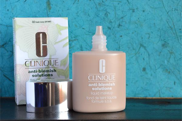 Clinique Acne Solutions Liquid Makeup   không chỉ làm nhạt màu các vết đỏ trên da mà còn chữa lành các nốt mụn vì có chứa thành phần axit salicylic. Ngoài ra, kem còn chứa axit hyaluronic và Sodium PCA giúp da giữ nước mà không hề gây tắc nghẽn lỗ chân lông cũng như giúp lớp trang điểm trở nên mượt mà hơn. Giá tham khảo: 685.000 đồng.