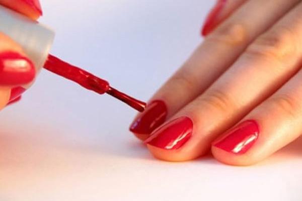 Sơn móng tay Chất tạo màu trong sơn móng tay có thể khiến da trở nên khô ráp, mẩn ngửa. Chưa kể, sơn móng tay chỉ có thể làm sạch bằng acetone mà chất này được khuyến cáo không dùng trên da.