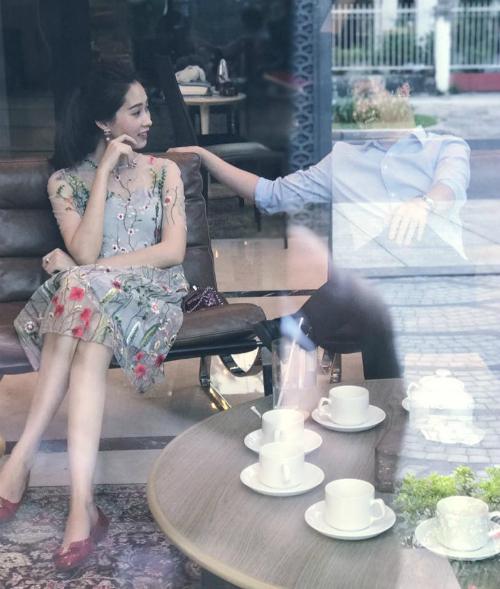 Doanh nhân Tín Nguyễn đăng bức ảnh ý nghĩa cùng chia sẻ: Dù ai nói ngã nói nghiêng... để bảo vệ bạn gái.