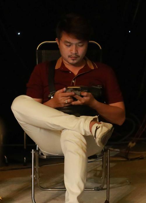 le-khanh-say-sua-tao-dang-cho-chong-chup-anh-4
