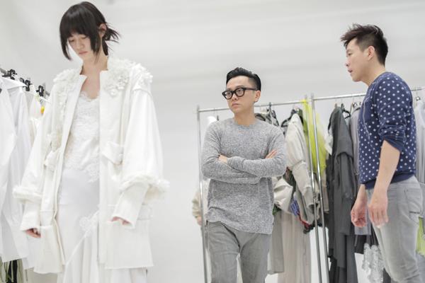 Ngay sau khi đặt chân đến Nhật Bản, Công Trí và ê kíp của mình đã bắt tay vào việc chọn lựa trang phục phù hợp với vóc dáng người mẫu cho show diễn tổ chức ngày 23/3.