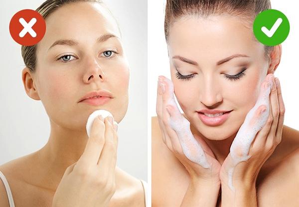 Toner Toner là bước làm sạch da sau khi dùng sữa rửa mặt, tuy nhiên, sản phẩm này thường chứa cồn, không thực sự có lợi cho làn da. Nếu muốn làm sạch một lần nữa sau khi sử dụng sữa rửa mặt, bạn có thể dùng xịt khoáng.