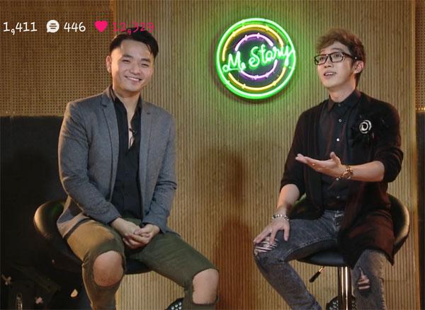 Nhạc sĩ, ca sĩ Phạm Hồng Phước (trái) trò chuyện cùng nam MC Minh Xù.