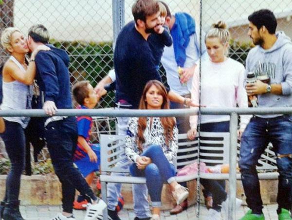 Shakira hôn xã giao chào Messi