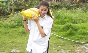 Phạm Hương tự vác gạo tặng dân nghèo ở bãi giữa sông Hồng