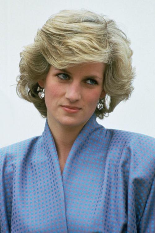 Ngoài các sản phẩm làm đẹp chuyên nghiệp, công nương Diana còn thường xuyên sử dụng tinh dầu hoa hồng kết hợp với mặt nạ quả bơ để chống lão hóa da.