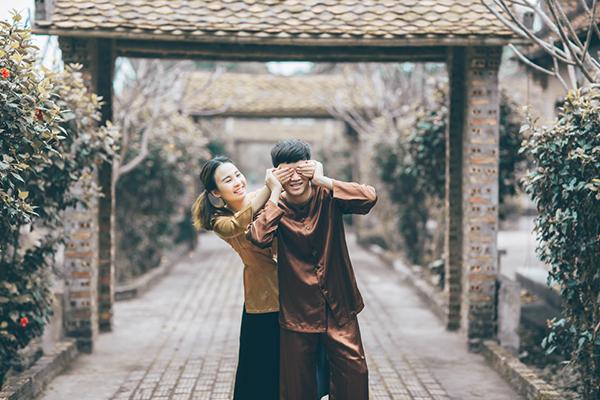 [Caption]Chụp ảnh cưới cứ mãi mấy kiểu áo cưới xong đứng ôm nhau chán rồi, hai đứa mình lại thích kiểu nghịch nghịch nên chụp theo phong cách này cho vui