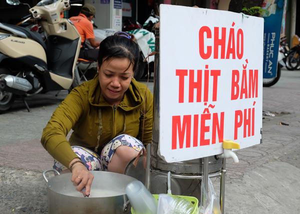 noi-chao-thit-bam-mien-phi-tren-pho-sai-gon