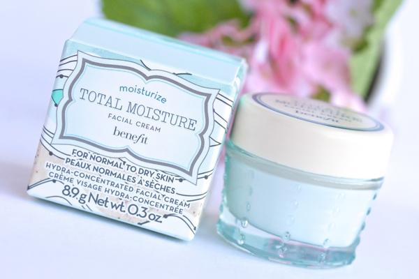 Món mỹ phẩm ruột của Kylie là kem dưỡng da Benefit Total Moisture Facial Cream. Cô sử dụng sản phẩm này nhiều năm nay và thấy da cải thiện rõ rệt. Sản phẩm có giá 900.000 đồng.