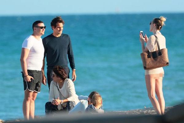 Người đẹp còn giúp Tàu tốc hành chụp ảnh với một fan nam khác.