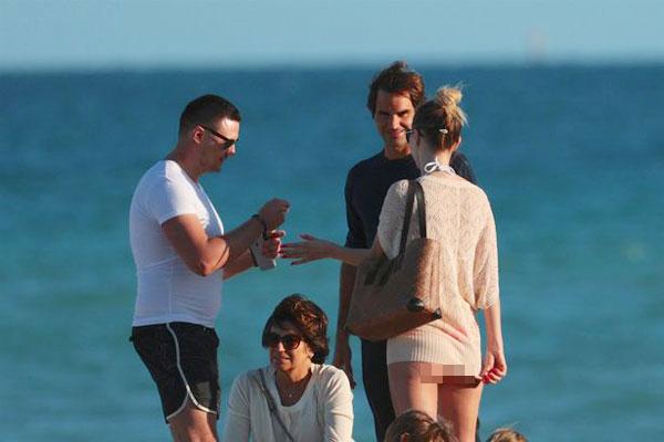 Sau khi giành chức vô địch Indian Wells, tay vợt 35 tuổi tới bãi biển Miami xả hơi, thư giãn hôm 20/3. Roger Federer vui vẻ chuyện trò với một fan nữ mặc đồ bơi, khoác áo ngoài nhưng vẫn để lộ mông.