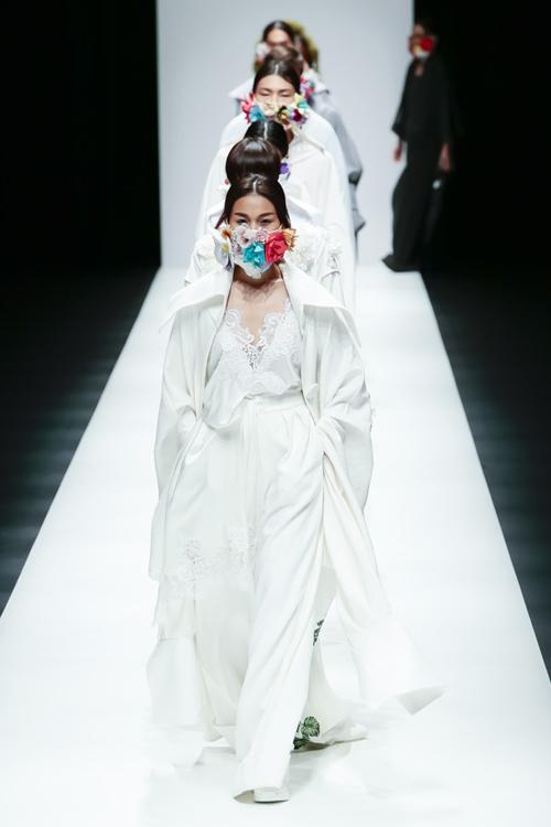 thanh-hang-sac-lanh-tren-san-dien-tokyo-fashion-week-2