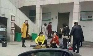 Học sinh tiểu học giẫm đạp lên nhau vì đổ tường nhà vệ sinh