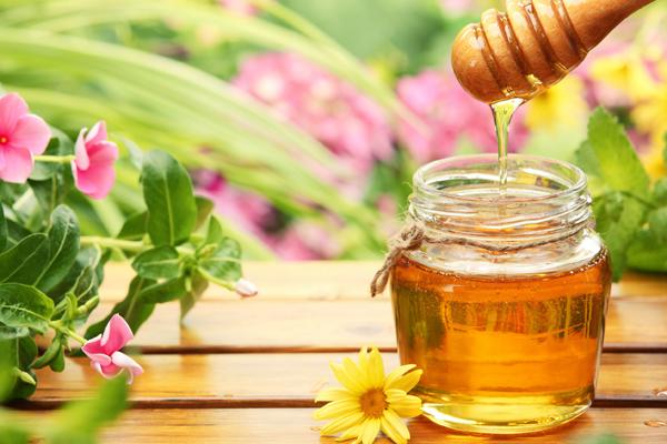 Mật ong Mật ong có tính kháng khuẩn, không chỉ giúp làm sạch da hiệu quả mà còn tăng cường độ ẩm, giúp nuôi dưỡng da