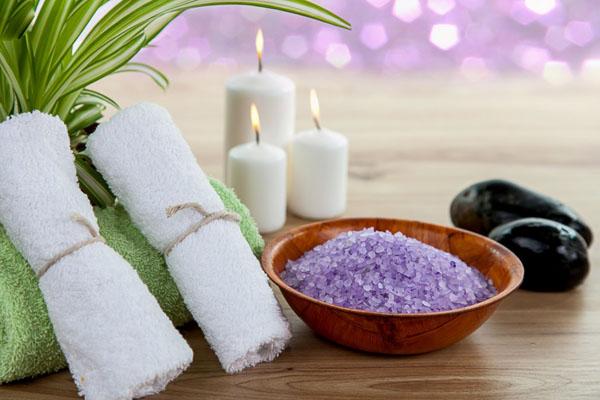 Muối tắm Muối tắm vừa giúp kháng khuẩn, vừa giúp thanh tẩy tế bào chết, mang đến làn da mới mịn màng và trắng sáng hơn.