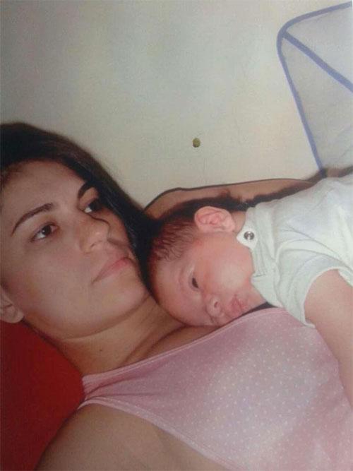 Cựu người mẫu xấu số Eliza và cậu bé Bruninho khi mới chào đời.