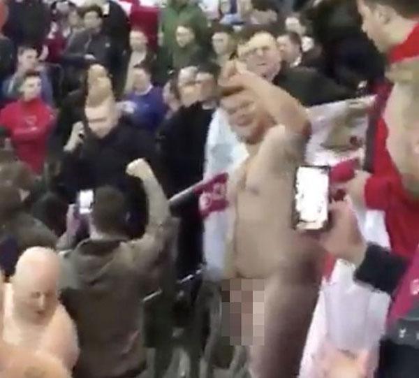 Anh chàng người Anh không ngại ngùng, cởi sạch đồ nhún nhảy trên khán đài.