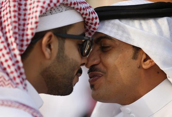 Người Ả Rập Saudi sẽ chào người tới nhà bằng cách đặt tay lên vai họ, nói câu As-salamu alaykum, nghĩa là Mong bạn thanh thản, đi kèm với