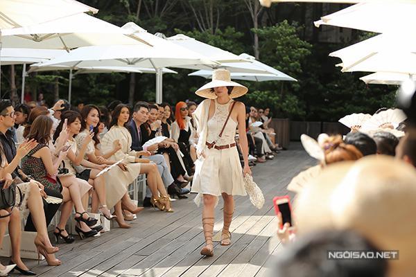mau-viet-mac-ao-mong-khoe-noi-y-tren-san-catwalk