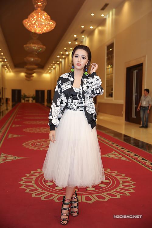 van-mai-huong-lien-tuc-chinh-trang-phuc-cho-isaac-2