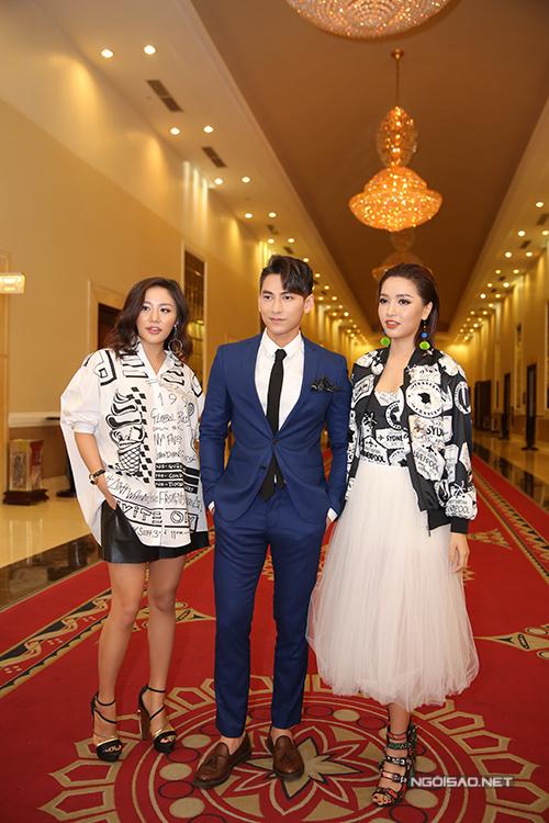 van-mai-huong-lien-tuc-chinh-trang-phuc-cho-isaac-3