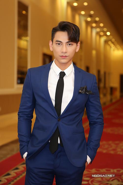 van-mai-huong-lien-tuc-chinh-trang-phuc-cho-isaac-1