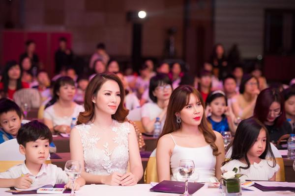 dan-le-luu-huong-giang-cung-khoe-con-trong-event-4