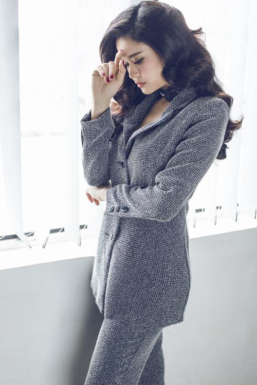 Trương Quỳnh Anh vào vai nàng nữ công sở để giới thiệu các mẫu trang phục mới nhất cho mùa mốt năm nay.