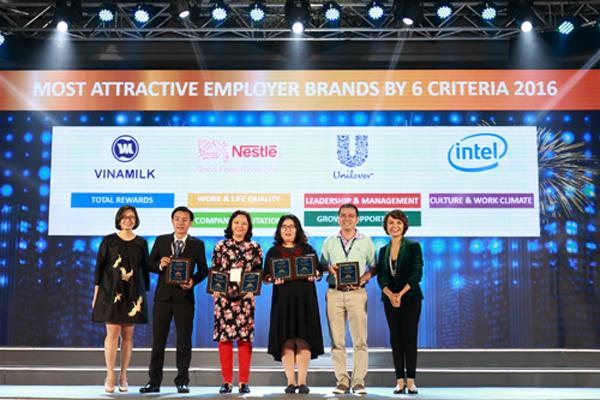 Ông Nguyễn Quốc Việt (thứ hai từ trái sang), Trưởng bộ phận Tuyển dụng và Đào tạo Vinamilk - đại diện công ty nhận chứng nhận thứ 2 trong top 100 nơi làm việc tốt nhất Việt Nam