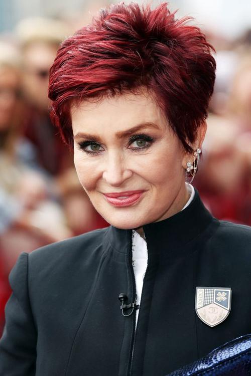 Sharon Osbourne đã từng tâm sự: Một buổi sáng thức dậy, tự nhiên tôi thấy một bên ngực của mình dài hơn hẳn bên còn lại. Và đó cũng là lí do tại sao cô lại quyết định tháo bỏ nó.